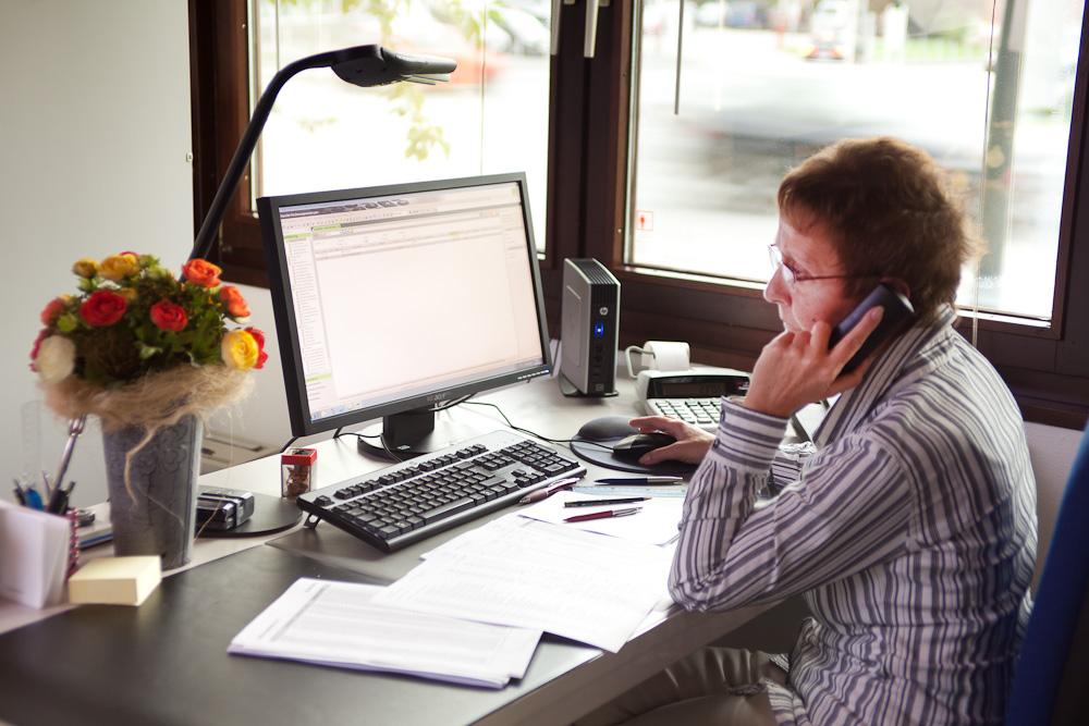Im Telefonat mit einem Mandanten.