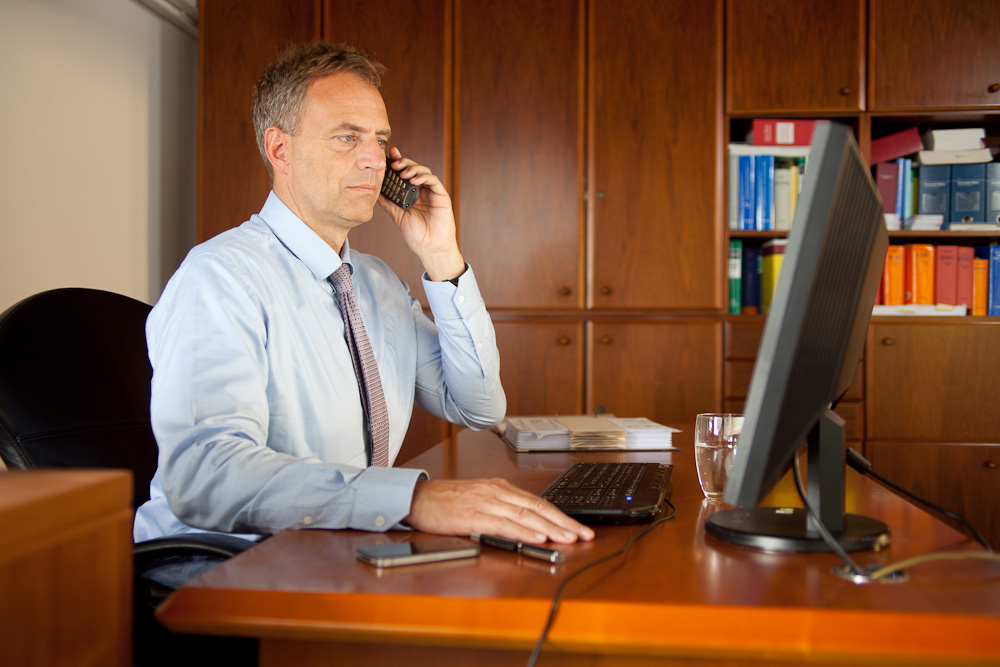 Steuerberater Dirk Flessenkämper berät einen Mandanten am Telefon.