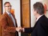 Steuerberater Dirk Flessenkämper empfängt einen Mandanten.